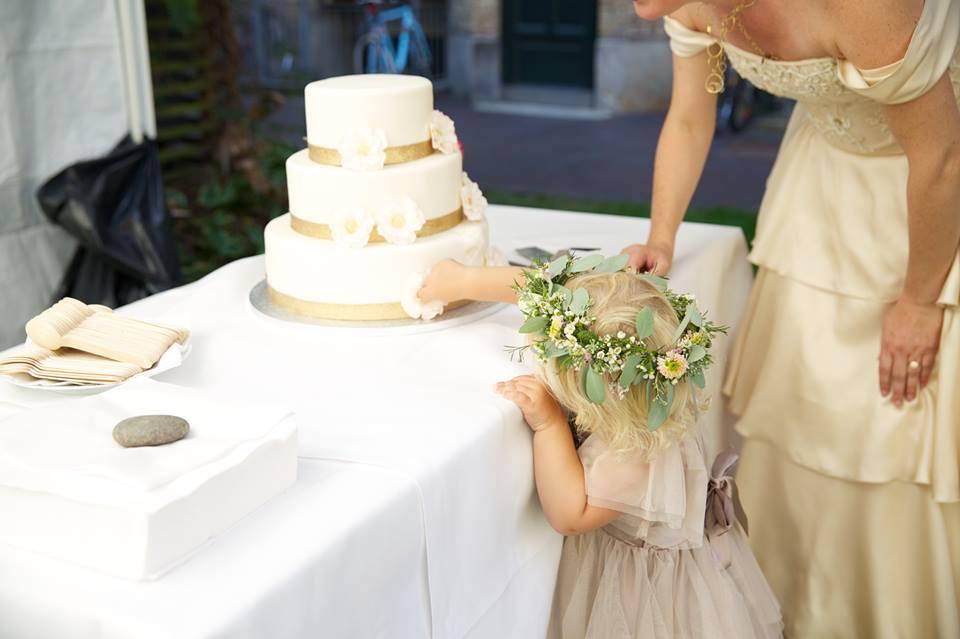 Brudepige smager på kagen